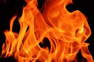 紫色の中にある火のレッド
